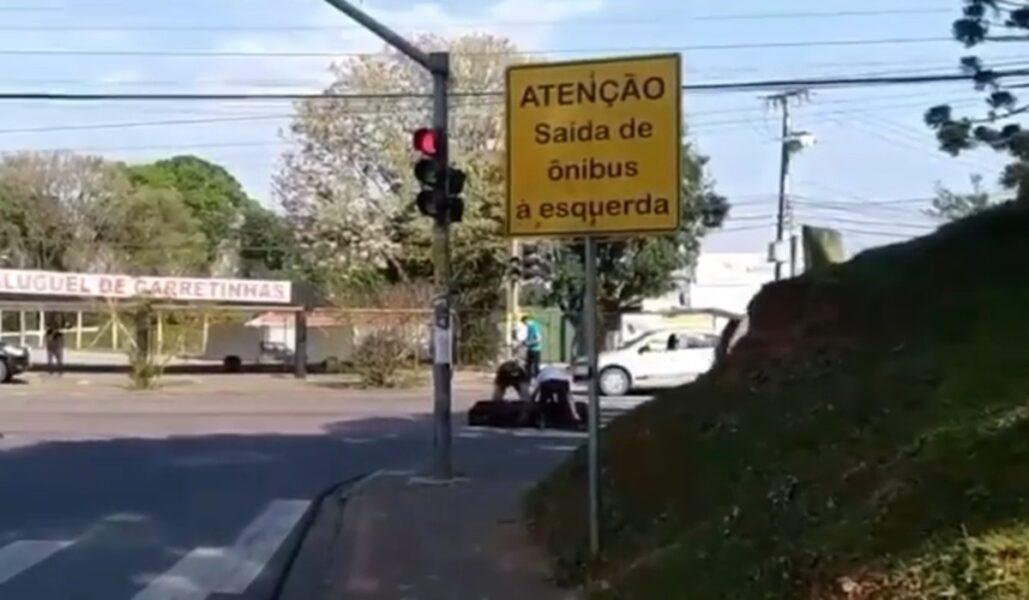 Homem afirma que seu pai estava no caixão que caiu de carro funerário em Curitiba