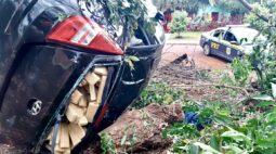 Perseguição em Cascavel termina com carro carregado com meia tonelada de maconha capotado