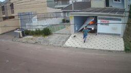 Vídeo mostra momento em que homem tenta incendiar residência no bairro Uberaba