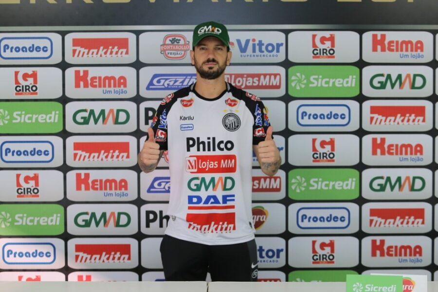 Clayton estreia com vitória e nova parceria com Gerson Gusmão