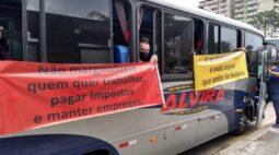 """Empresários lotam ônibus em frente a prefeitura e gritam: """"Ir ao Restaurante é mais seguro que andar de ônibus"""""""