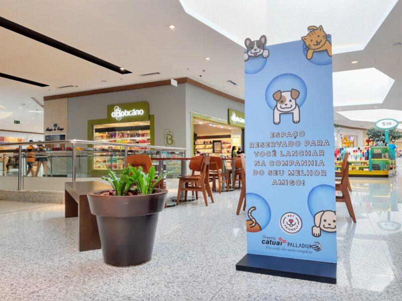"""Shopping Catuaí Palladium cria """"Praça Pet"""" para clientes realizarem refeições em boa companhia"""