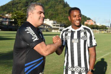 """Robinho anuncia suspensão do contrato com o Santos: """"Tristeza no coração"""""""