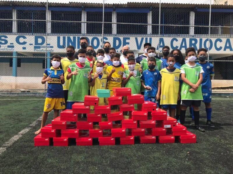 No Dia das Crianças, Antony presenteia projeto em Heliópolis com chuteiras