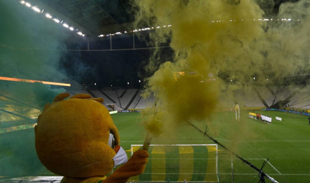 De máscara, Canarinho dança e brilha como torcedor solitário da Seleção em Itaquera