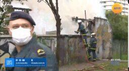 Casa é destruída por incêndio no Centro Cívico