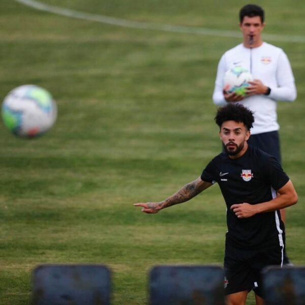 """Claudinho revela """"frio na barriga"""" diante do Palmeiras e sonha com prêmio da Fifa"""