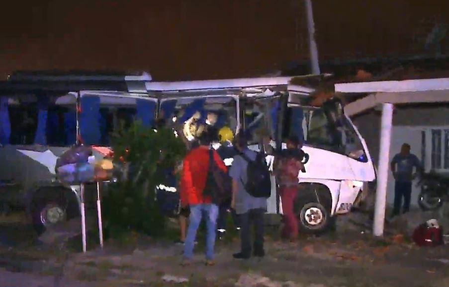 Acidente entre trem e micro-ônibus deixa uma mulher morta e feridos em Curitiba