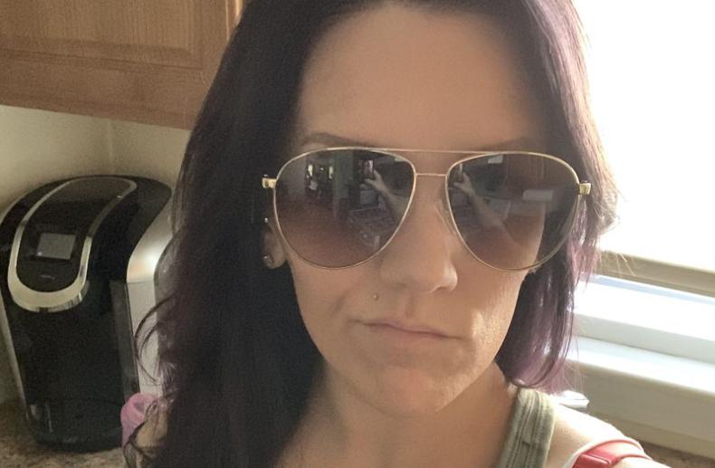 Mulher registra aparições fantasmagóricas em selfie tirada quando estava sozinha em casa
