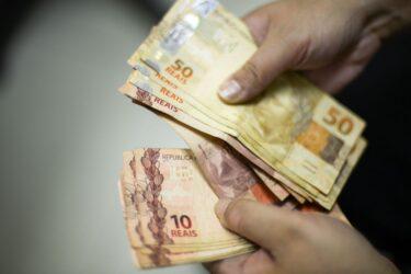 5,6 milhões de brasileiros recebem auxílio emergencial hoje (22); nascidos em novembro e Bolsa Família final 4