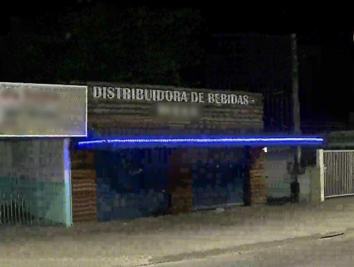 Jovens são baleados dentro de distribuidora após partida de futebol, em Pinhais