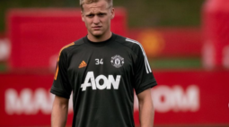 "Van Basten critica saída de Van de Beek para o Manchester United: ""Não deveria ter ido"""