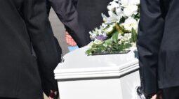 Família ataca agente funerário após abrir caixão e encontrar o corpo do parente coberto de larvas