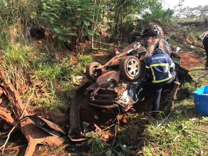 Carro capota e quatro pessoas ficam feridas na região de Maringá