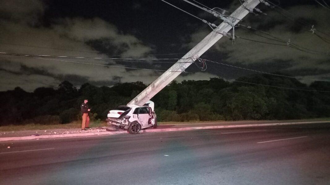 Carro de luxo bate contra caminhão e motorista morre na hora, na rodovia dos Minérios