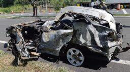 Carro pega fogo e deixa três vítimas na BR-277, em Palmeira