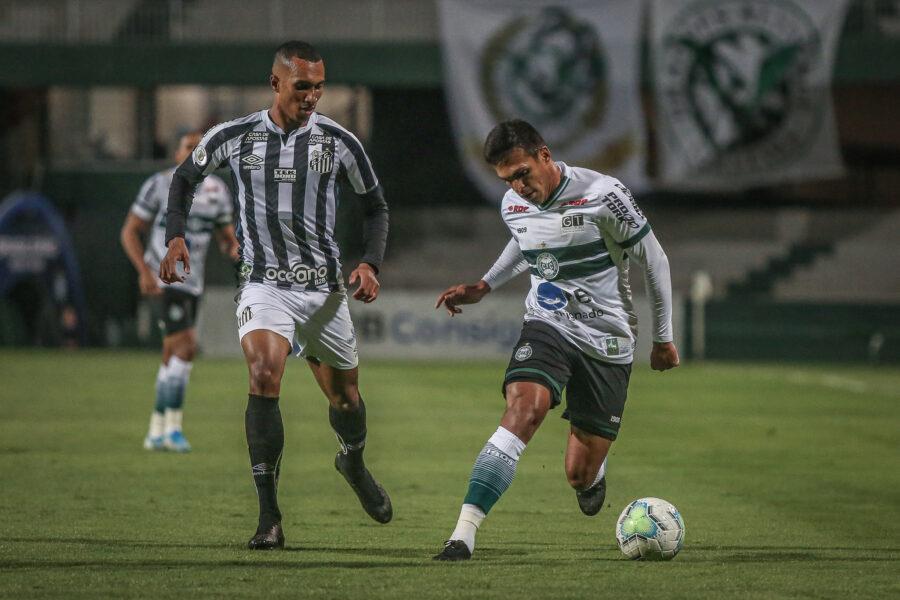 Jogando em casa, Coritiba perde para o Santos e se complica no Brasileirão