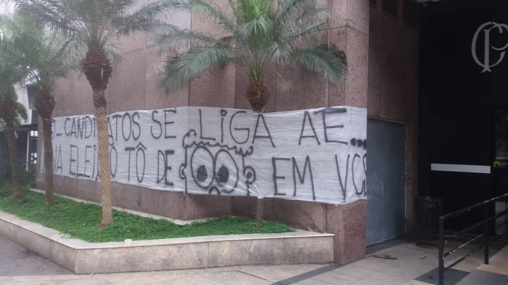 Camisa 12 cobra diretoria do Corinthians em protesto no Parque São Jorge