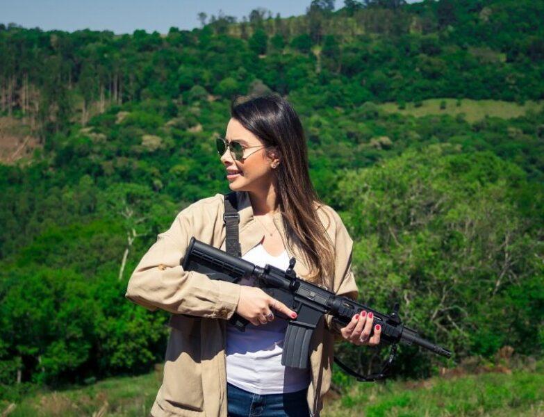 Deputada posta foto com fuzil na web e internautas reagem