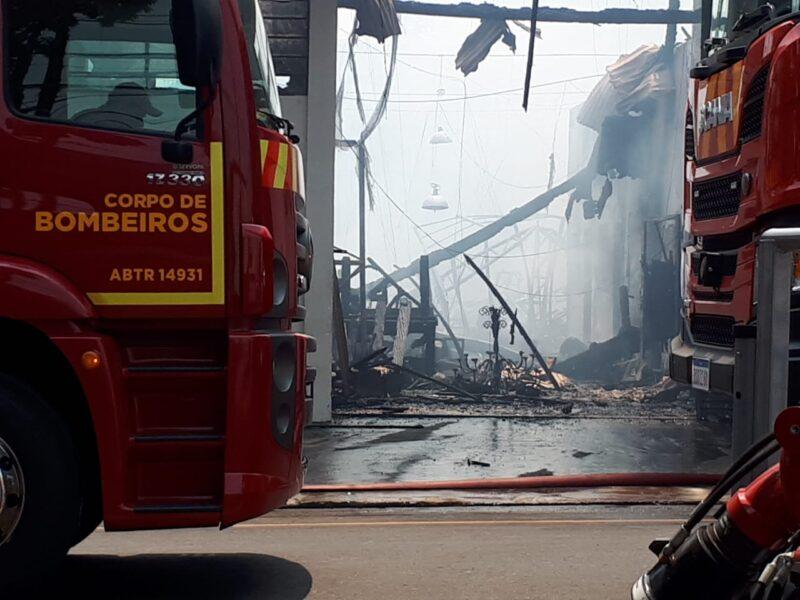 Empresa de decoração de eventos é destruída pelo fogo em Maringá