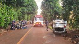 Três pessoas são ejetadas do carro durante capotamento próximo a Maringá