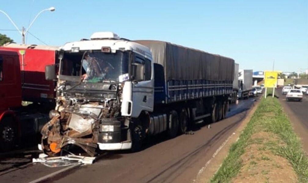 Caminhões com placas do Paraguai se envolvem em acidente em Umuarama