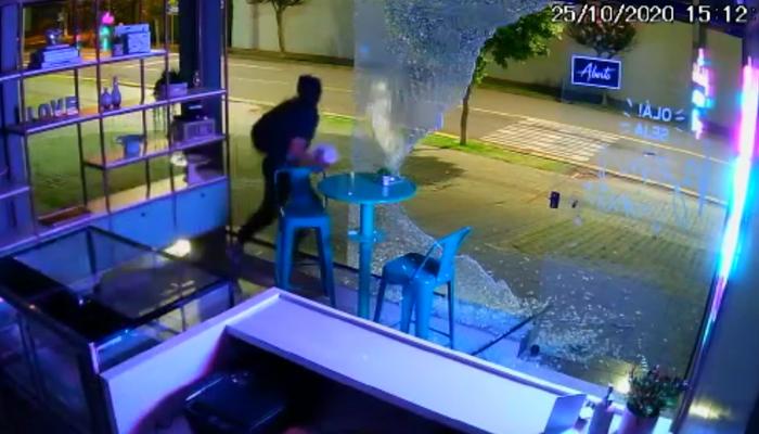 Ladrão atrapalhado bate a cabeça em vidro após tentar roubar confeitaria; veja o vídeo