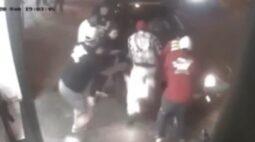 Motorista discute e atropela três pessoas; veja o vídeo!