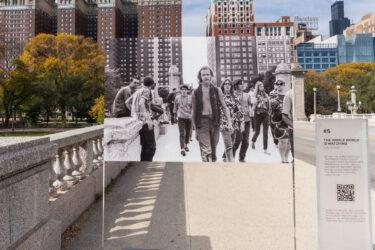Os 7 de Chicago: Netflix decora Chicago com fotos dos protestos de 1968; veja