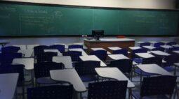 Sindicato entra na Justiça contra convocação para atividades presenciais nas escolas estaduais do Paraná