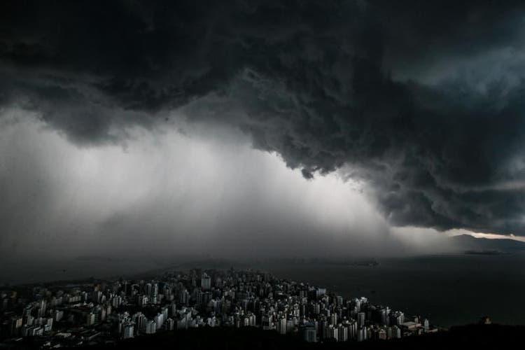 Simepar alerta para risco de temporais nas regiões norte e noroeste do Paraná