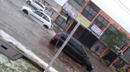 Ruas de Curitiba ficam alagadas após chuva na tarde deste sábado (24); veja!
