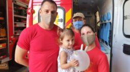 Família que teve criança salva em afogamento procura bombeiros para agradecer o resgate