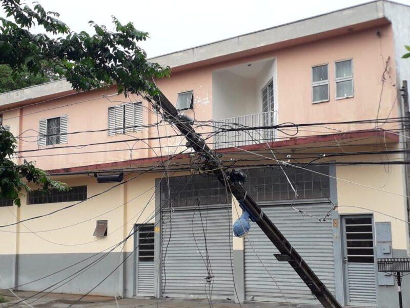 Após 38 postes serem destruídos por temporal em Maringá, 3,7 mil imóveis continuam sem energia