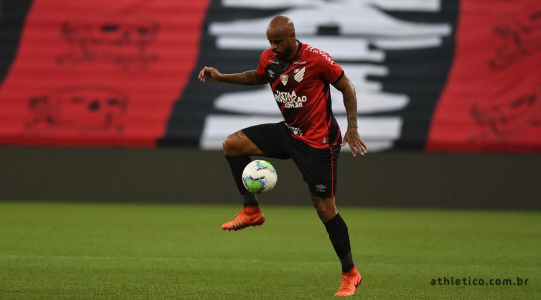 Thiago Heleno testa positivo para Covid-19 e desfalca Athletico contra o Flamengo