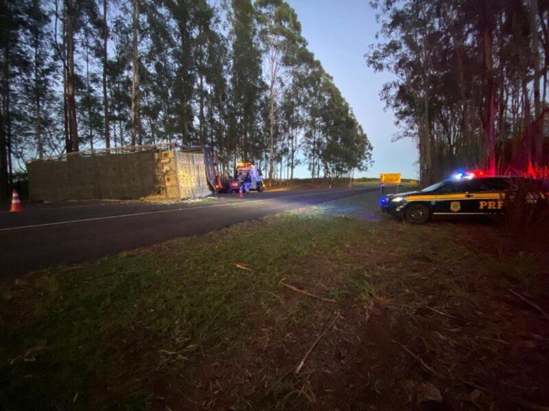 Caminhão carregado de frangos vivos acaba tombando na BR-376, em Paranavaí