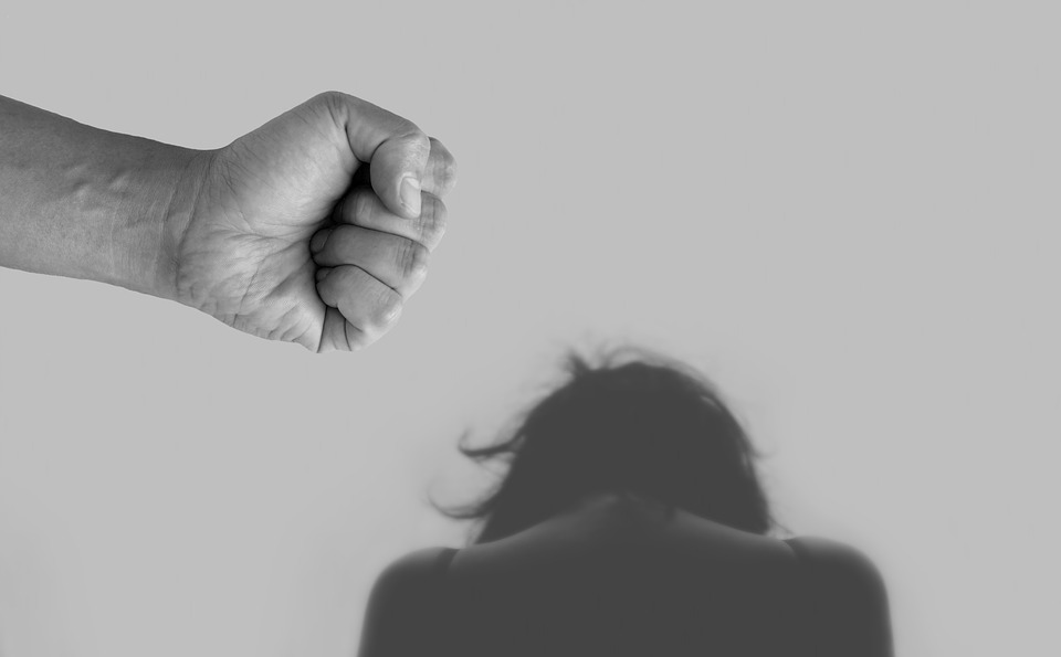 Adolescente vítima de estupro e tentativa de feminicídio ganha direito de fazer cirurgia plástica pelo SUS