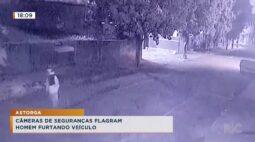 Câmeras de segurança flagram homem furtando veículo