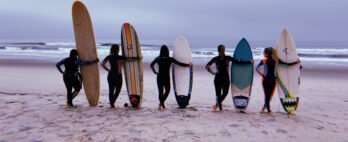 Mulheres se unem para encontro de surf feminino