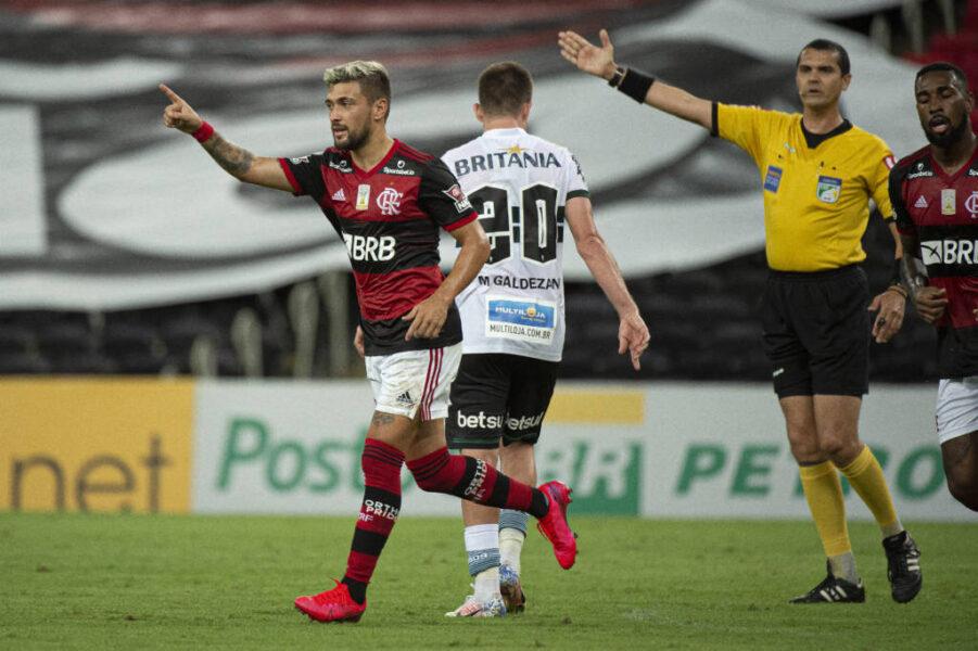 Flamengo joga bem, vence o Coritiba e dorme na liderança do Brasileirão
