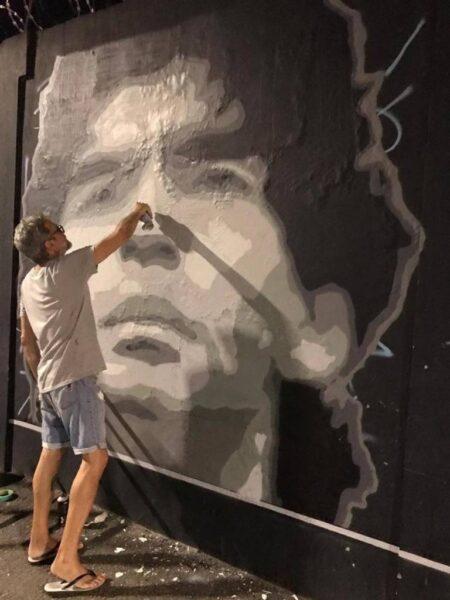 Artista plástico faz pintura em homenagem a Maradona no CT Rei Pelé
