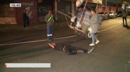 Homem em surto tumultua trânsito e ele acabou atropelado no centro de Curitiba