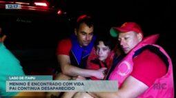 Depois de acidente de barco menino é encontrado com vida mas o pai continua desaparecido