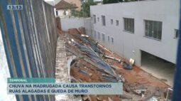 Chuva na madrugada causa transtornos; ruas alagadas e queda de muro