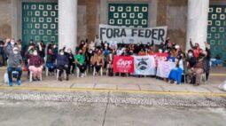 Professores saem da Assembleia Legislativa e começam greve de fome em frente ao Palácio Iguaçu