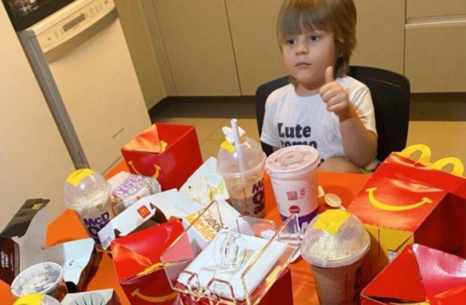 Banquete? Criança usa cartão da mãe para comprar R$ 400 em promoções de fast food