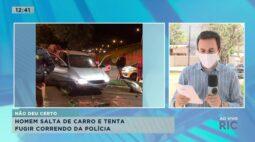 Homem salta de carro e tenta fugir correndo da polícia