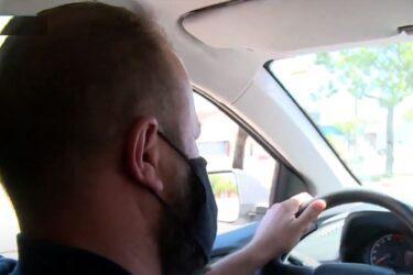 Motorista de aplicativo ajuda desempregados na entrega de currículos