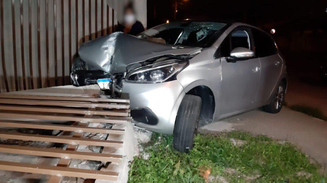 Motorista bate em motociclista e vai parar dentro de casa, em São José dos Pinhais