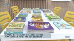 Carreta disponibiliza milhares de livros para leitura e venda até 6 de dezembro